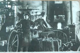 1915 - Rudolf Simon (rechts) lernt in der Schmiede seines Vaters in Schachen