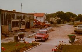 1980 - Der Hof wird befestigt.