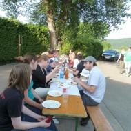 gemeinsames Abendessen bei herrlichem Sonnenschein