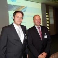 Betriebsleiter und Schweißfachmann Thomas Walter freut sich zusammen mit Christian Simon über die Auszeichnung.