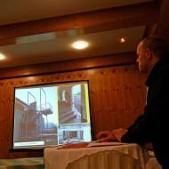 Thomas Walter zeigt Fotos von fertigen Objekten.