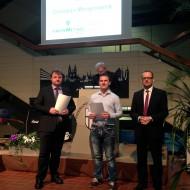Stellv. Schulleiter Thomas Remmert, Gregor Botzet und Bürgermeister Dag Wehner zeichnen aus.