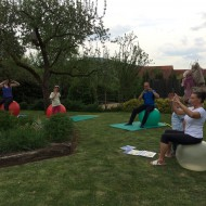 Carmen Eberhardt zeigt uns Übungen zur Stärkung des Rückens.