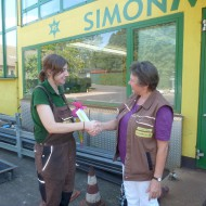 Paula wird von Senior-Chefin Ursula Simon begrüßt.