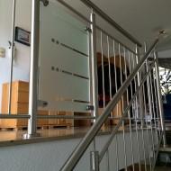Es entstand ein Edelstahlgeländer mit einem Glas-Zierelement passend zu den vorhandenen Zimmertüren.