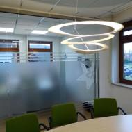 Die Design-Lampe aus Stahlblech erleuchtet den Besprechungstisch.