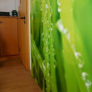 Diese Metall-Pinnwand vermittelt ebenfalls den Eindruck im Grünen zu sitzen.