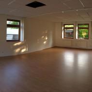 Hier sind die neuen Büroräume, frisch gestrichen und mit neuem Fußboden. Noch leer.