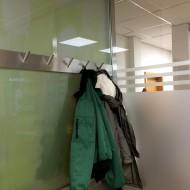 Die selbst designte Garderobe mit Blick ins Grüne.
